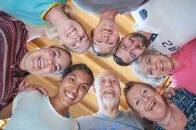 Gruppenbild: Menschen von unten nach oben fotografiert