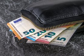 Symbolbild: Geldscheine, die in einer Geldbörse stecken