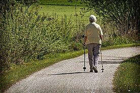 Senior geht in der Natur spazieren
